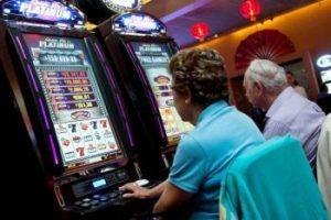 Ancianos jugando a slots