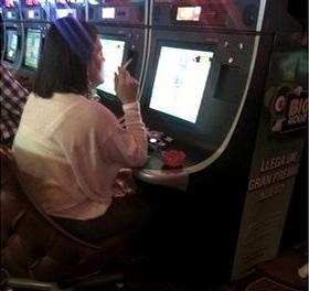 Mujer fumando y jugando Casino